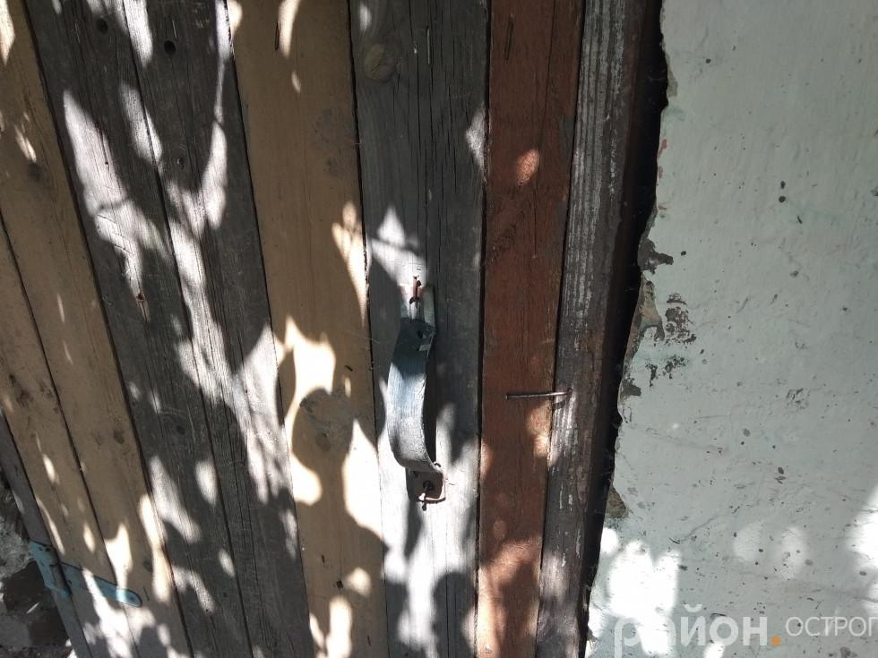 Двері, крізь які вдерлися, зачиняються на цвях, який туго рухається вгору чи вниз