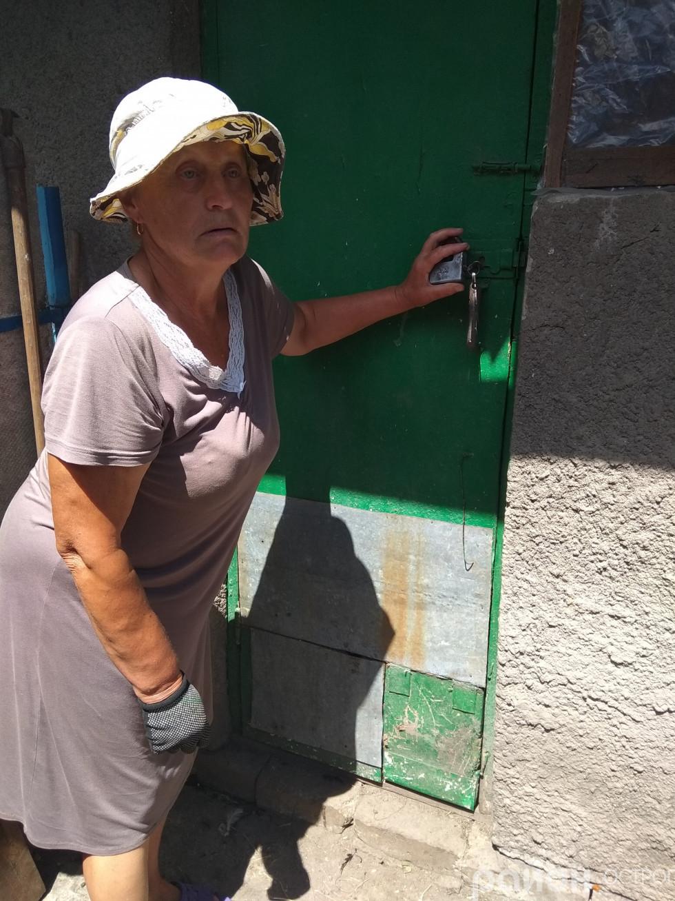 Пані Ніна демонструє понівечені двері