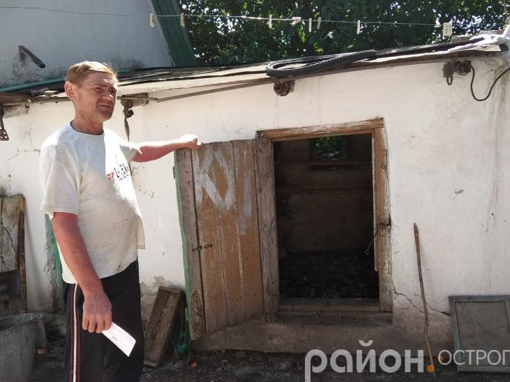 Острожанин Олександр показує курник, у який тварина залізла через вікно