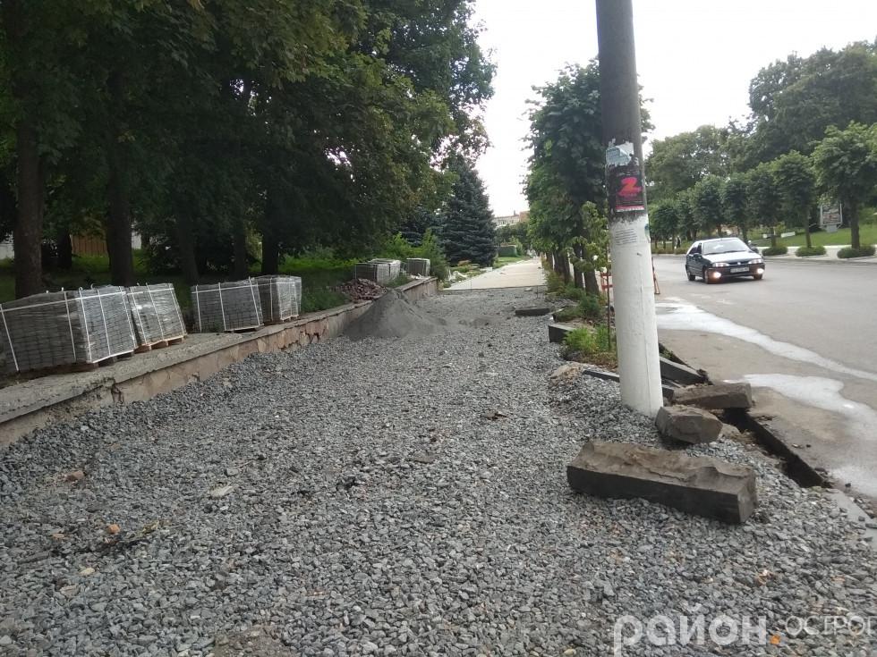 Продовжують укладати тротуарну «кісточку»