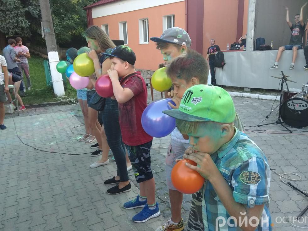 Не тільки барвисті фарби, а й кульки були на площі Острога