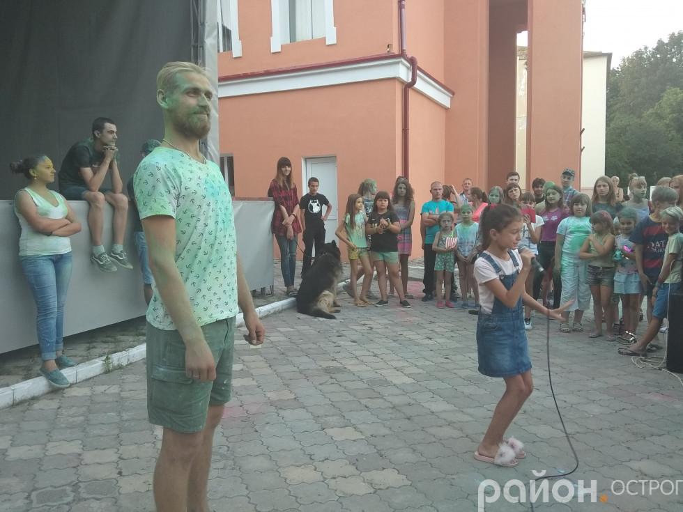 Конкурс талантів. Співає Оля Свинарчук