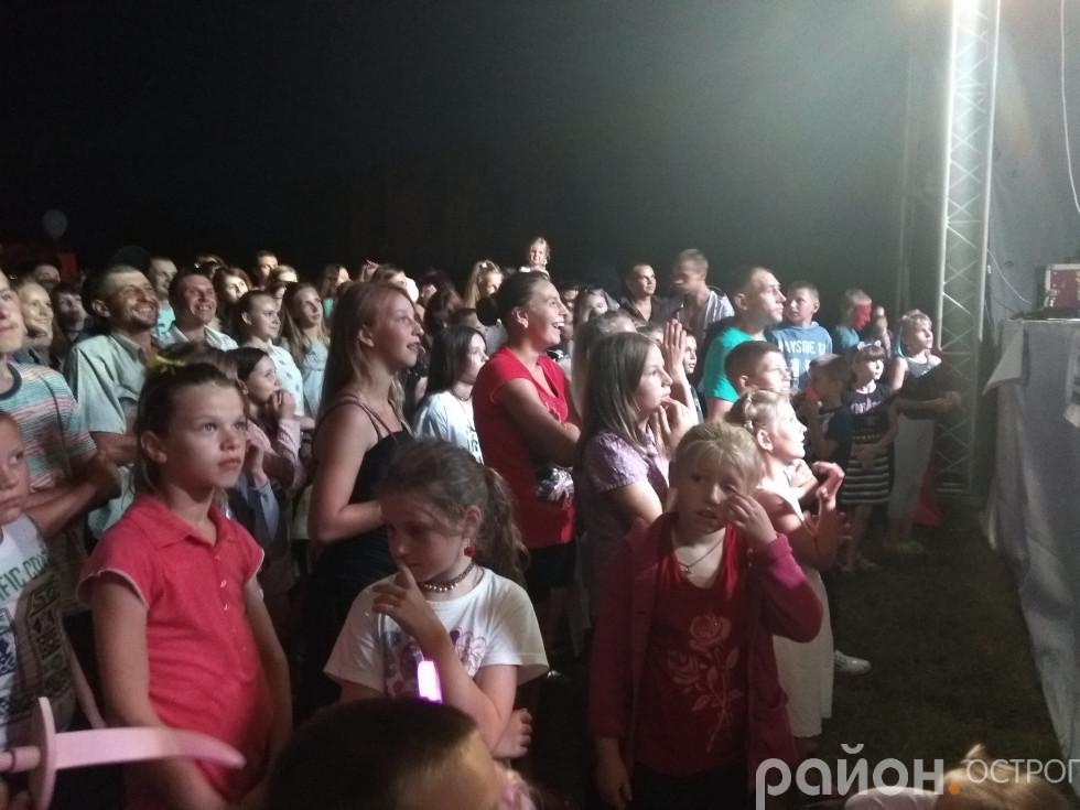 Глядачі чекають виступу «Мотор'роли»