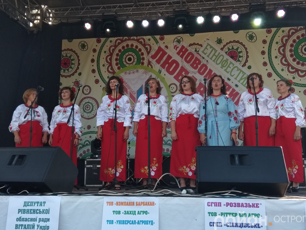 Гостей фестивалю вітають народні колективи