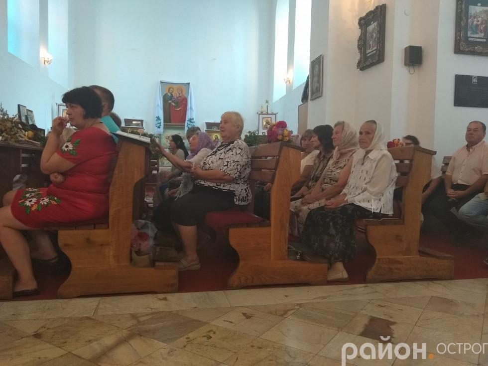 Прихожани костелу на святковій літургії