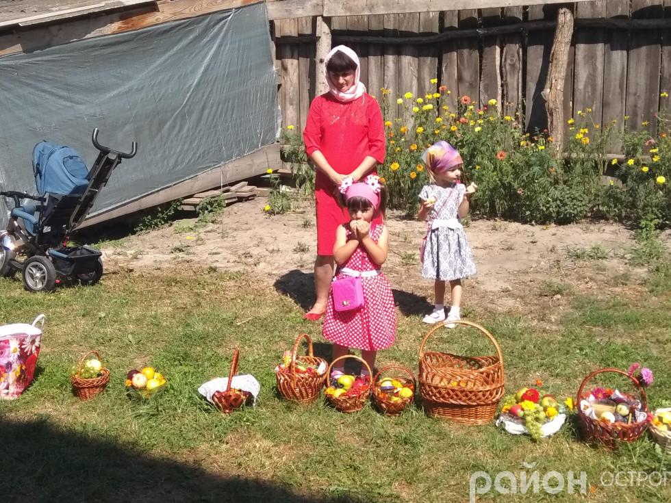 Найменші прихожани куштують щойно освячені фрукти