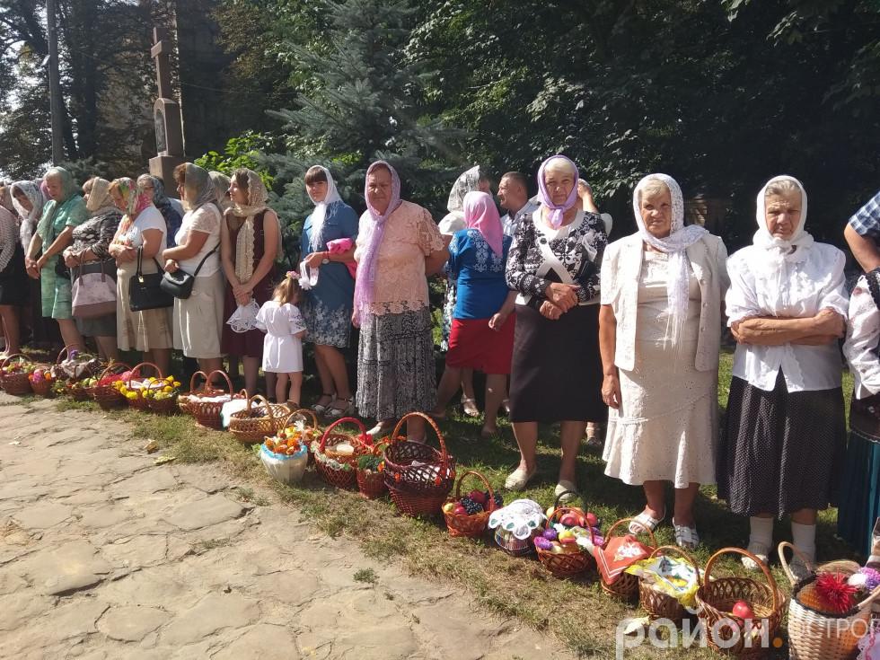 Прихожани Богоявленського собору зі святковими кошиками