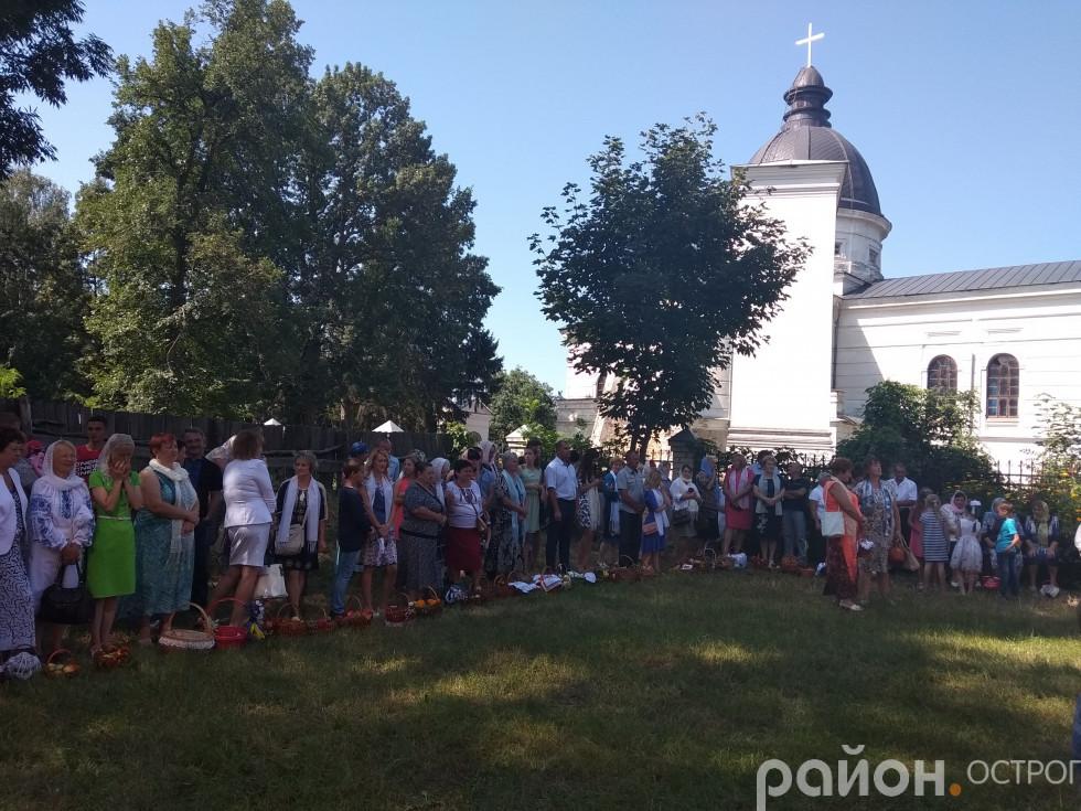 Біля Свято-Миколаївської церкви