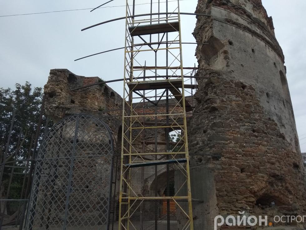 Фотомиті монтажу сітки для відновлення стіни