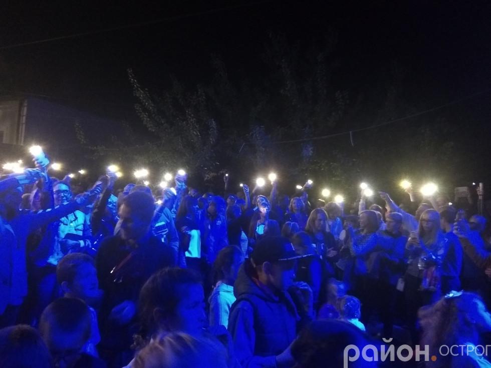 Ліхтарики під час виступу «Піккардійської Терції»