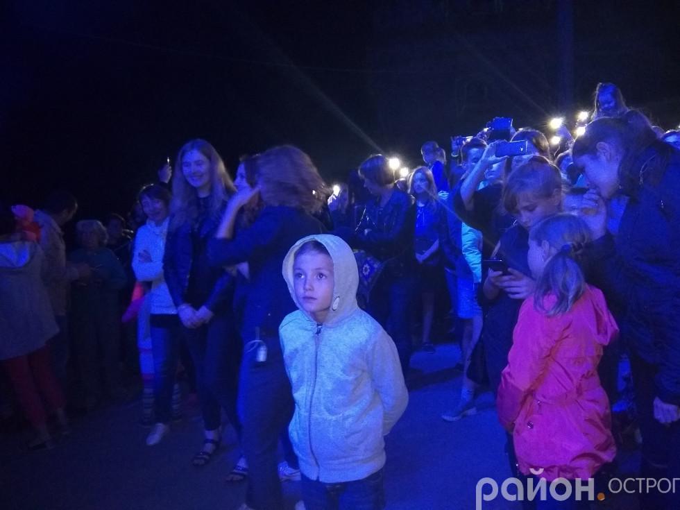 Глядачі концертної програми барбакану