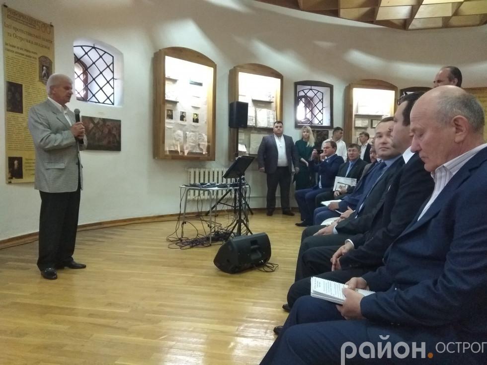 Гостей вітає Олександр Шикер