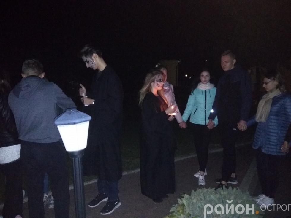 Команди погуляли нічним академічним парком при свічках