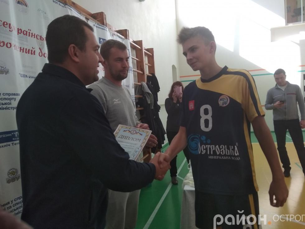 Нагороджують волейбольну команду з Острога