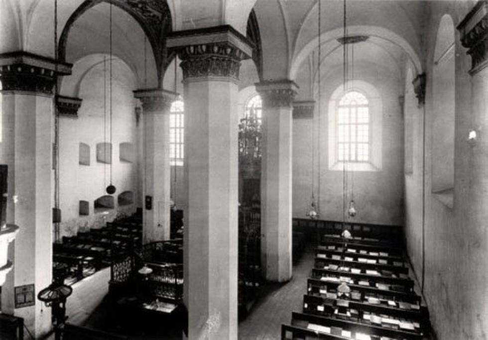Зала синагоги у 1920-1939 роках
