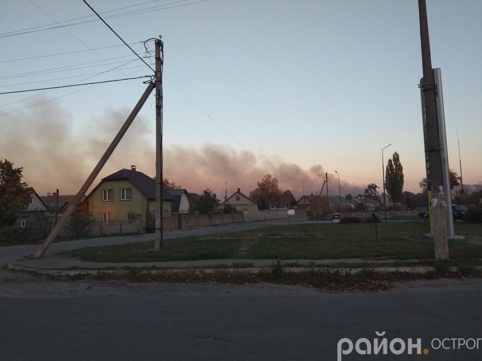 Пожежа помітна з іншого кінця Острога (поблизу заправки ОККО)