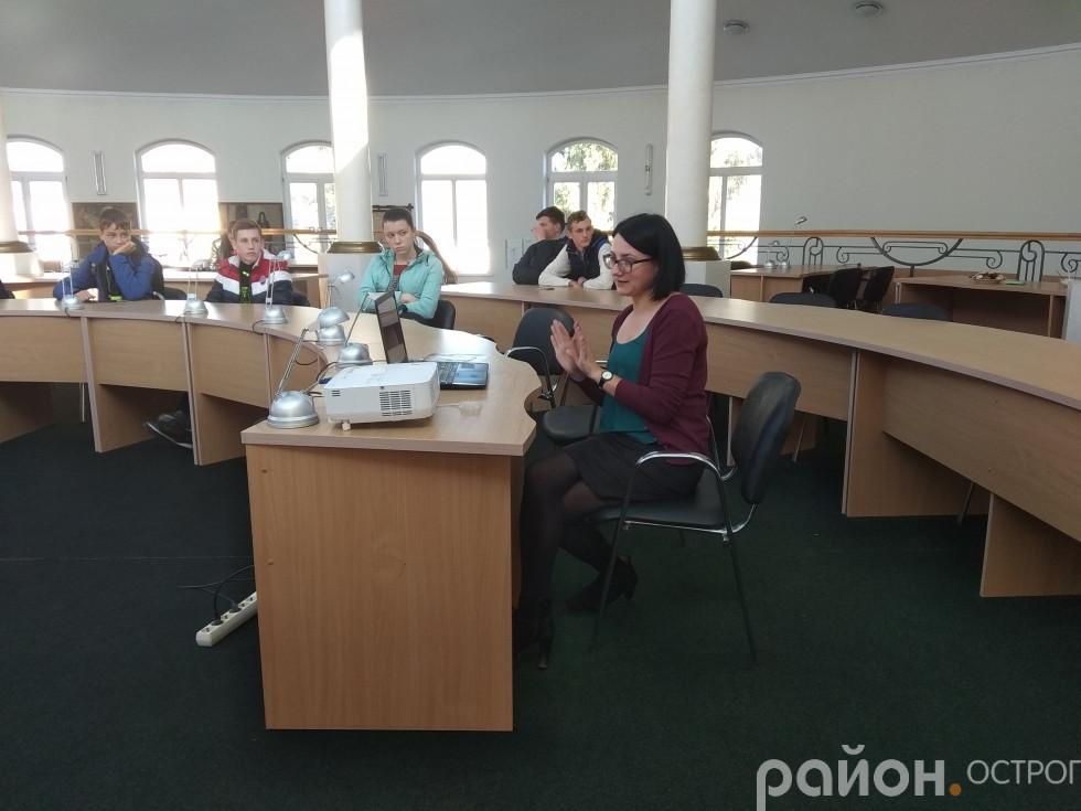 Наталія Денисенко знайомить із віртуальною бібліотекою