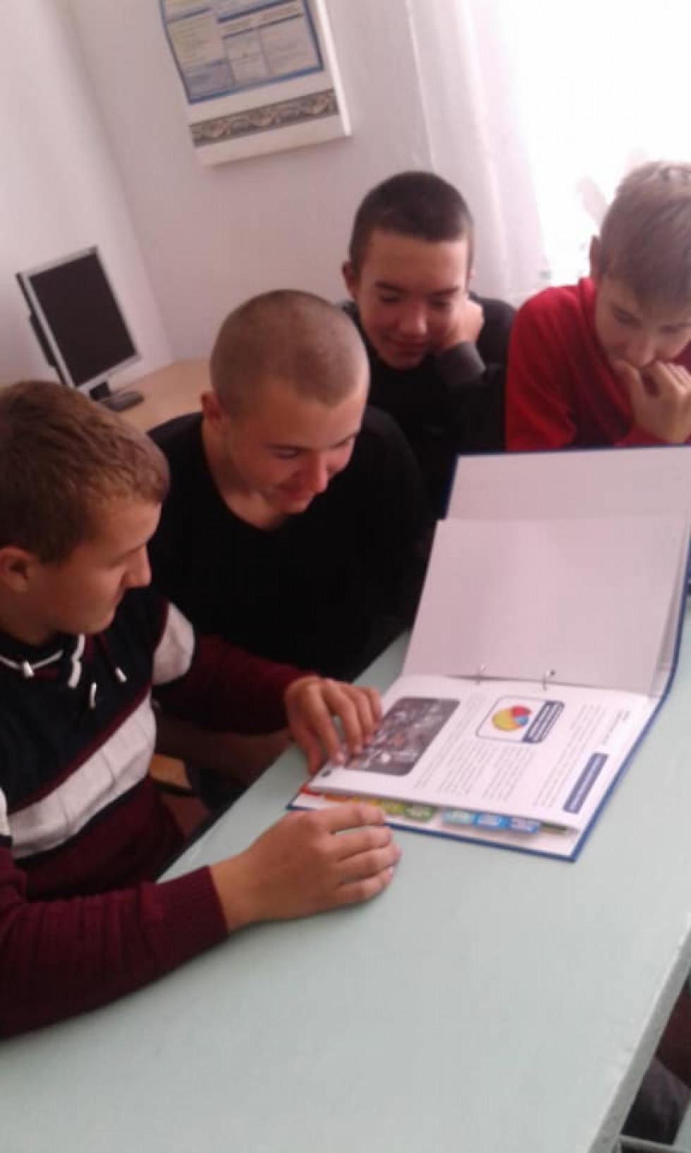 Учні з Білашева вивчають профорієнтаційні матеріали