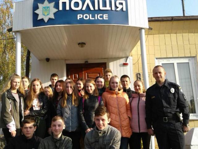 До Острозького відділу поліції на екскурсію завітали школярі.