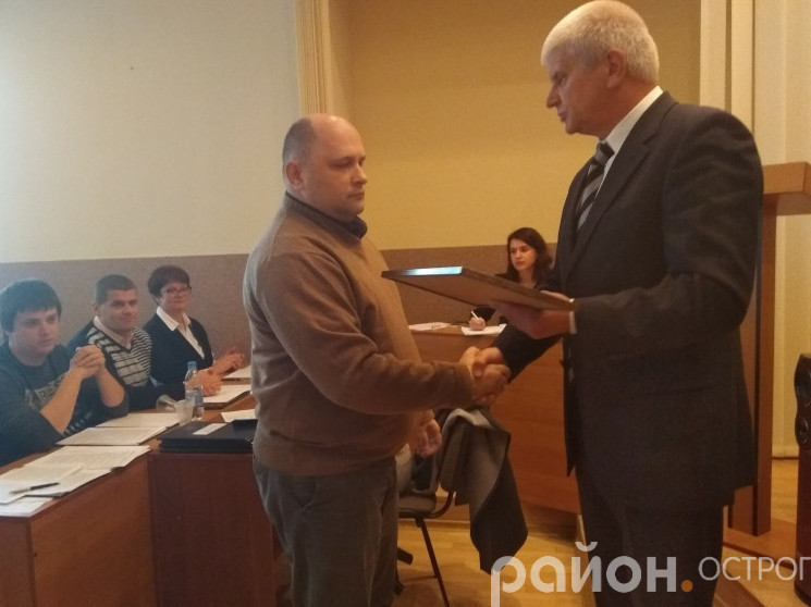 Олександр Шикер уручає відзнаку Вадимові Бондарчукові