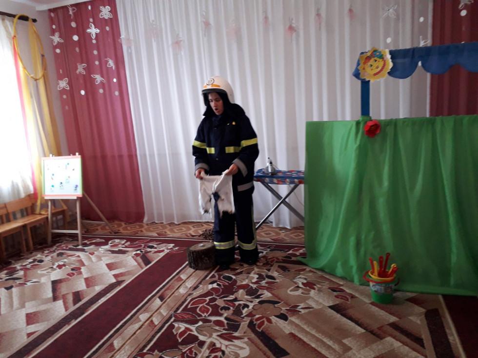 Пожежник учить малят, як загасити вогонь