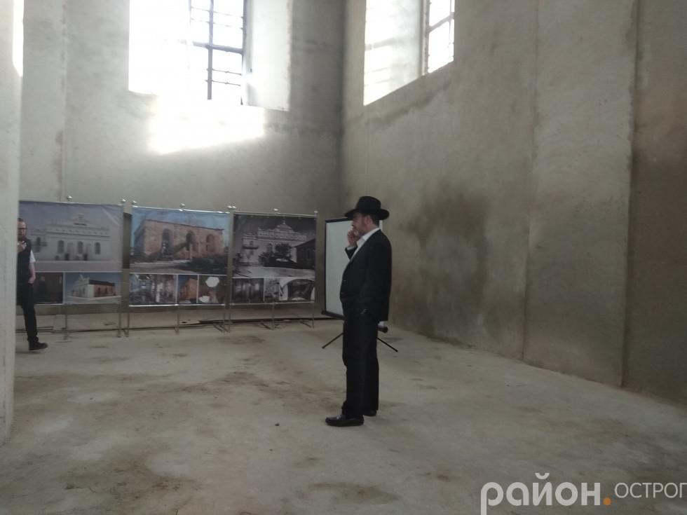 Гість вивчає історію відновлення синагоги