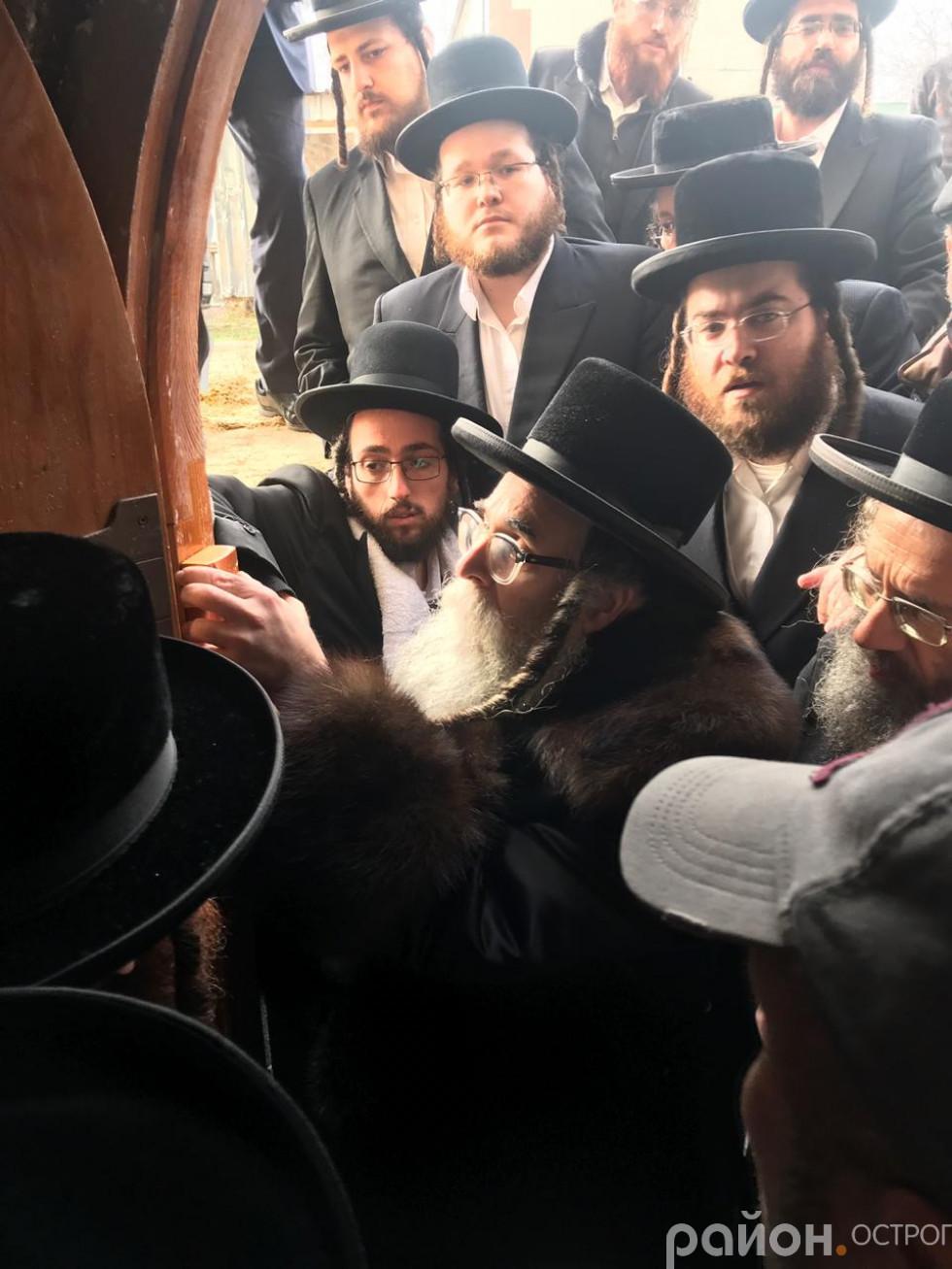 Мить фіксації мезузи на дверному косякові синагоги