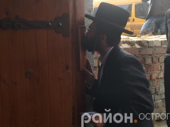 Євреї з пошаною входять до синагоги, на дверях якої віднині висить мезуза