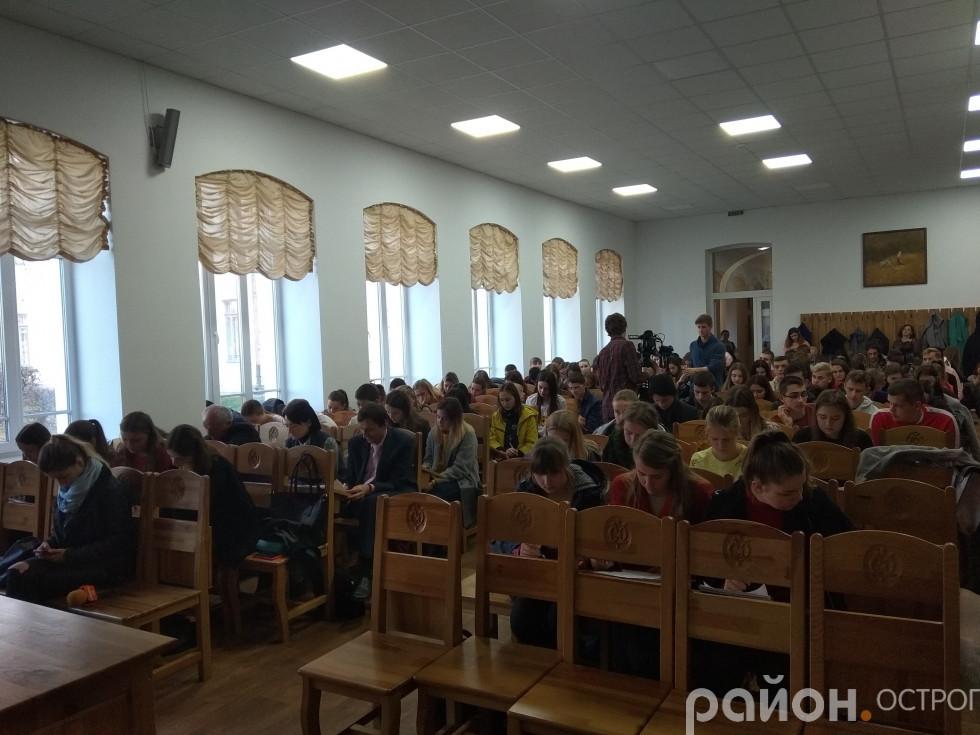 Участь у радіодиктанті взяло близько 300 учасників