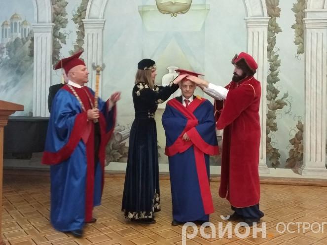 Мустафа Джемілєв отримує мантію Почесного доктора Острозької академії