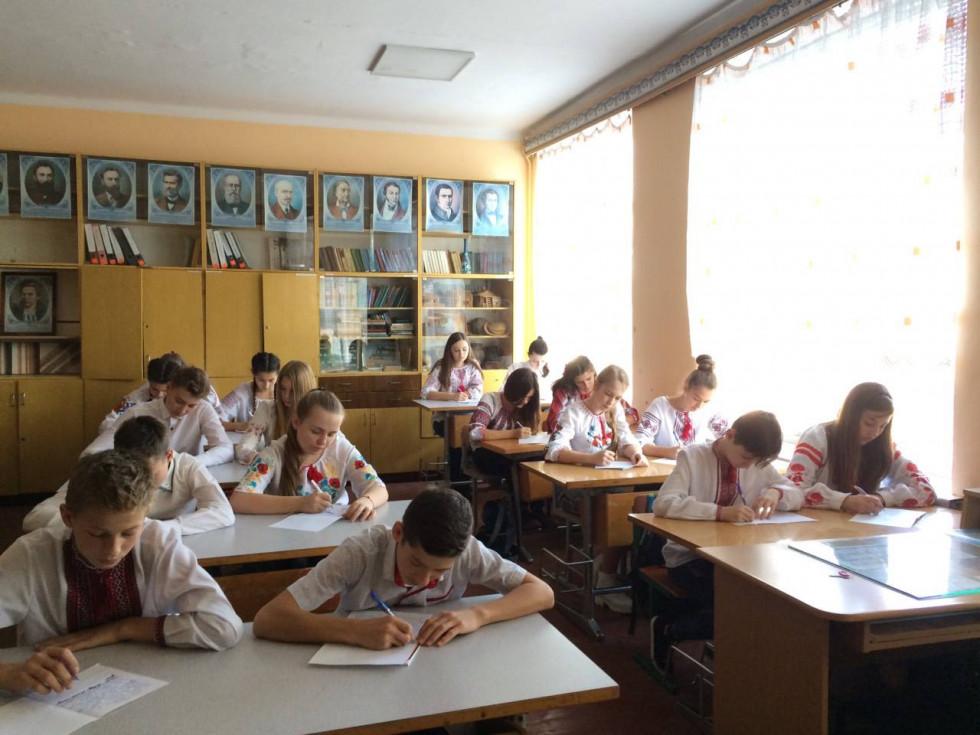 Школярі пишуть радіодиктант у школі Оженина