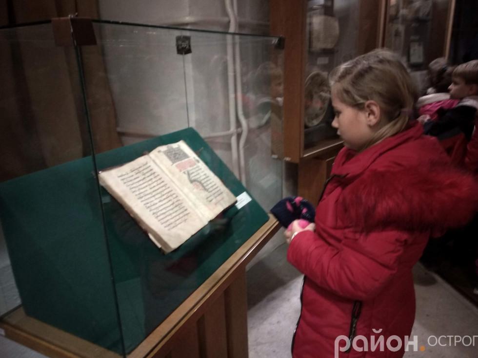 Школярі вивчають експозицію Музею книги