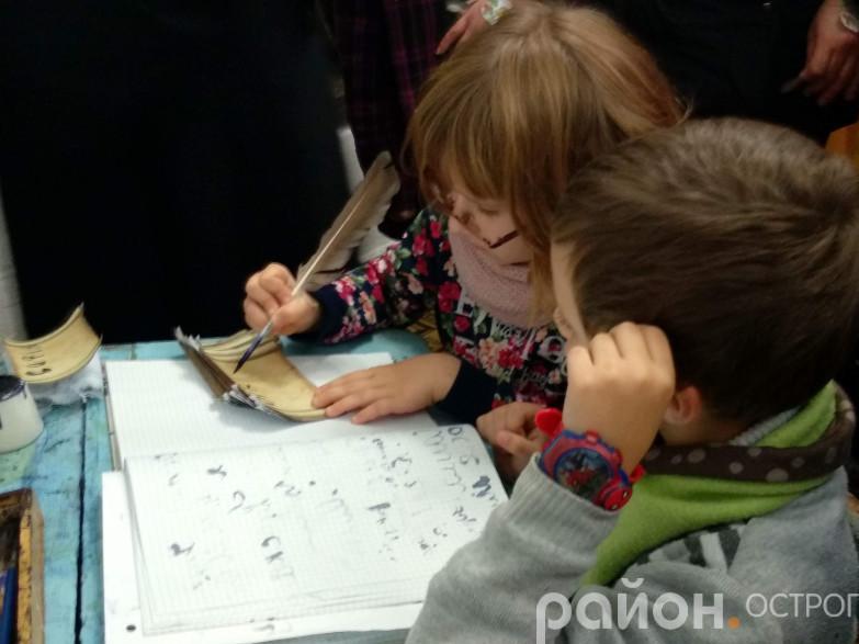Школярики вправляються в письмі пером