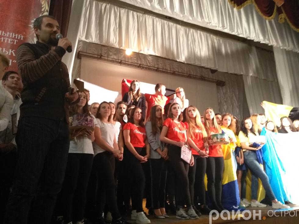 Переможців вітає Олександр Харчук