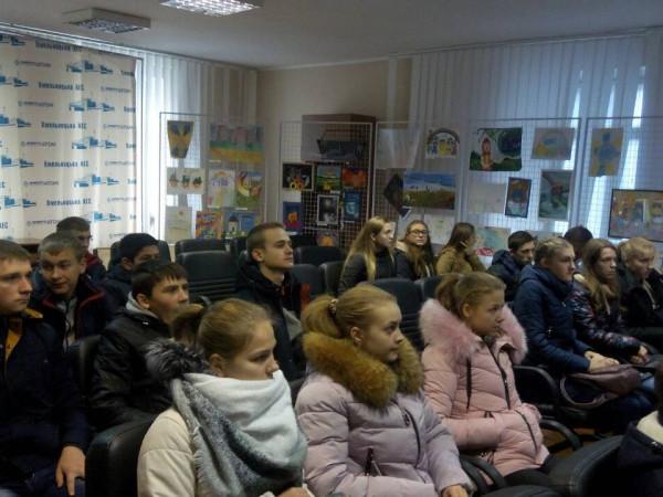 Школярі слухають лектора, який розповідає про діяльність ХАЕС