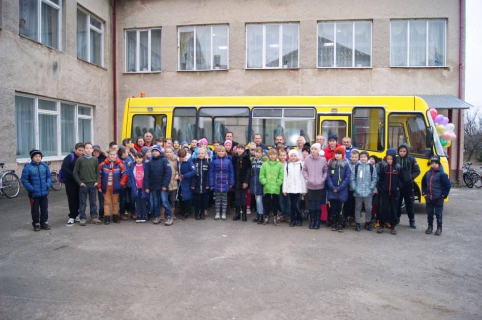 школярі щиро радіють новому транспортові