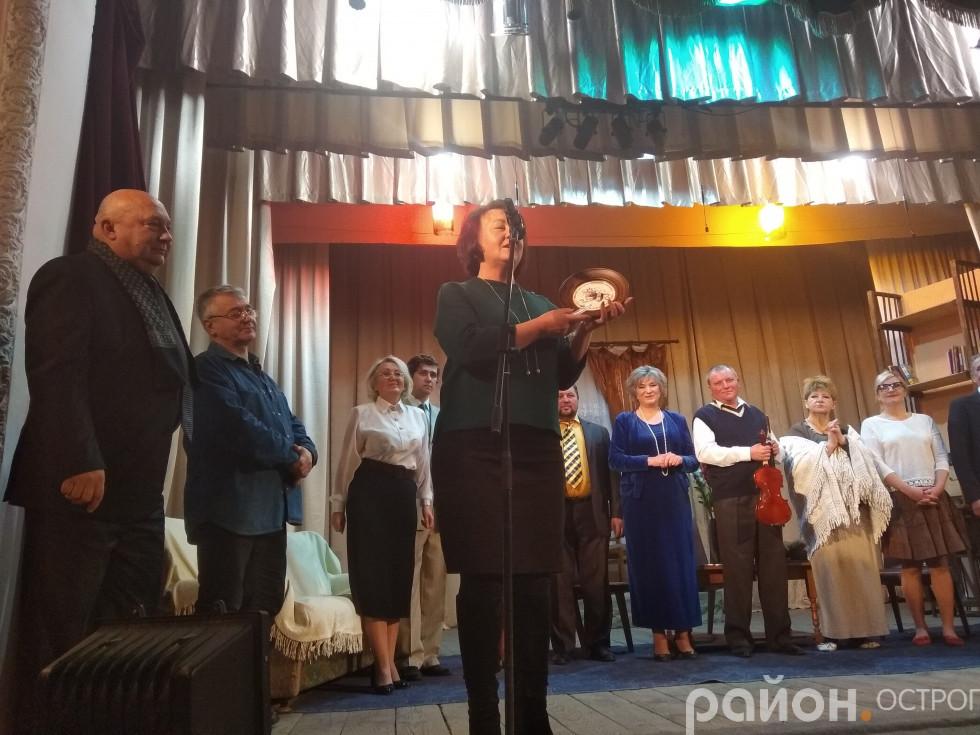 Пам'ятний дарунок отримує Марія Кузьмінчук
