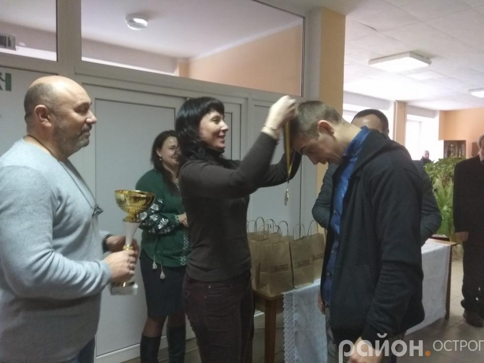 Нагородження переможця турніру Володимира Янюка