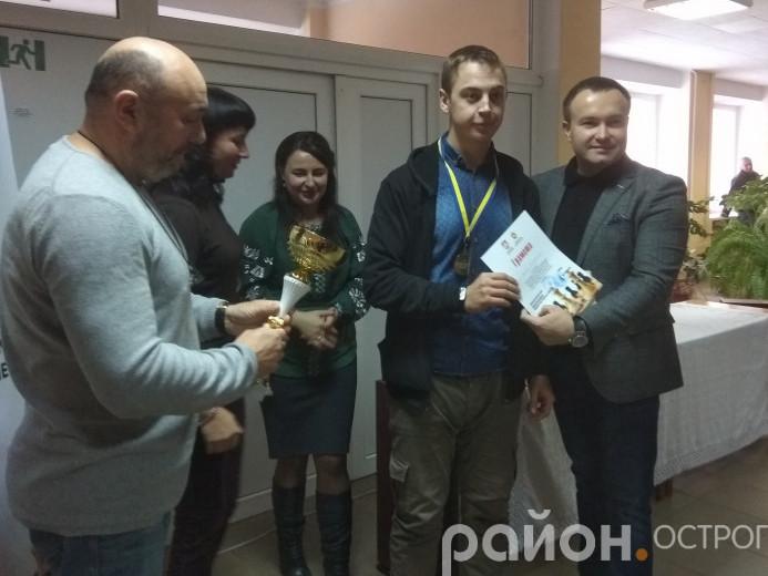 Нагороду отримує переможець турніру Володимир Янюк