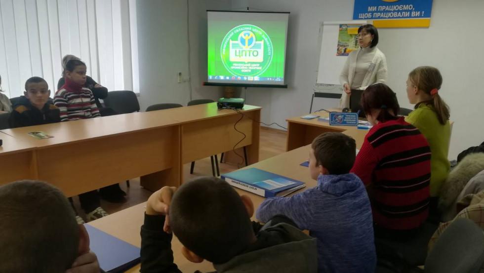 Зі школярами спілкується Людмила Вус-Столярчук