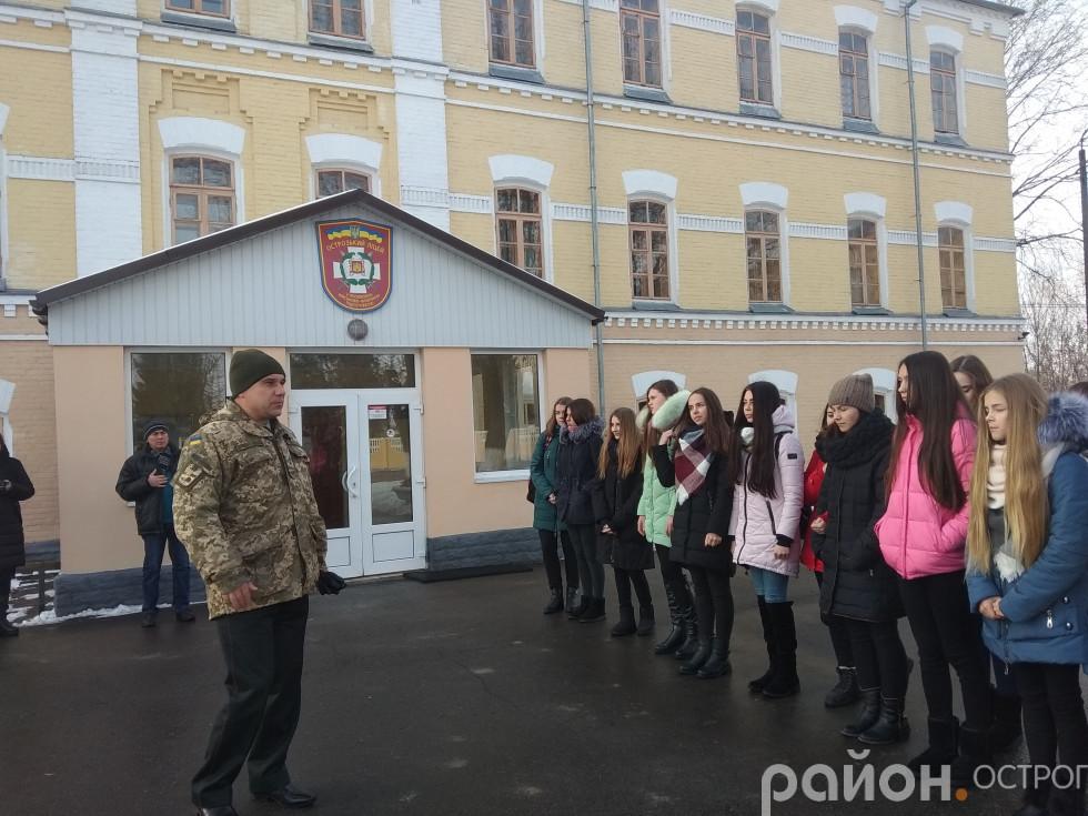 Біля навчального корпусу Острозького військового ліцею