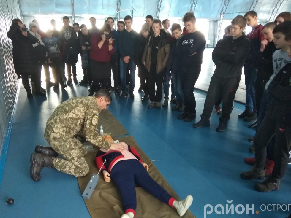 Ігор Тимощук демонструє навички тактичної медицини