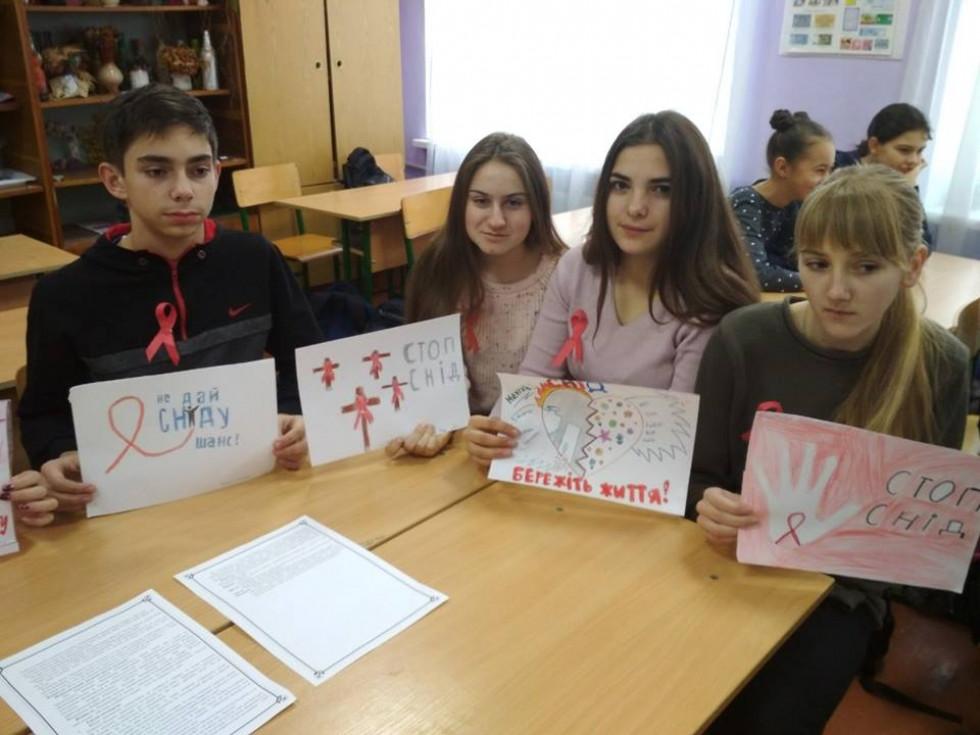 Малюнки до Дня боротьби зі СНІДом в Оженинському НВК