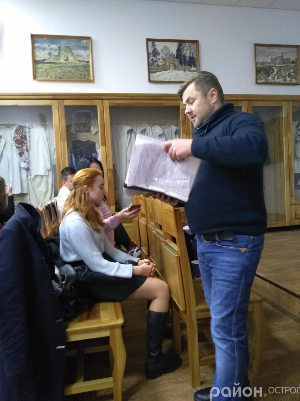 Олександр Скрипченко демонструє «таємну» папку з матеріалами для розвитку дикції