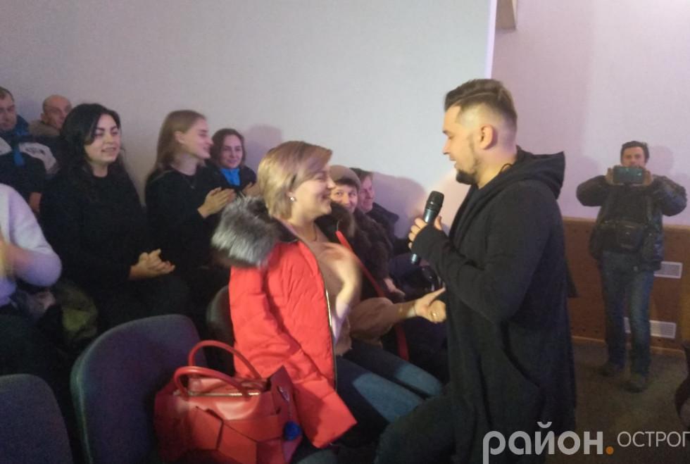 Ростислав Кушина співає з глядачами