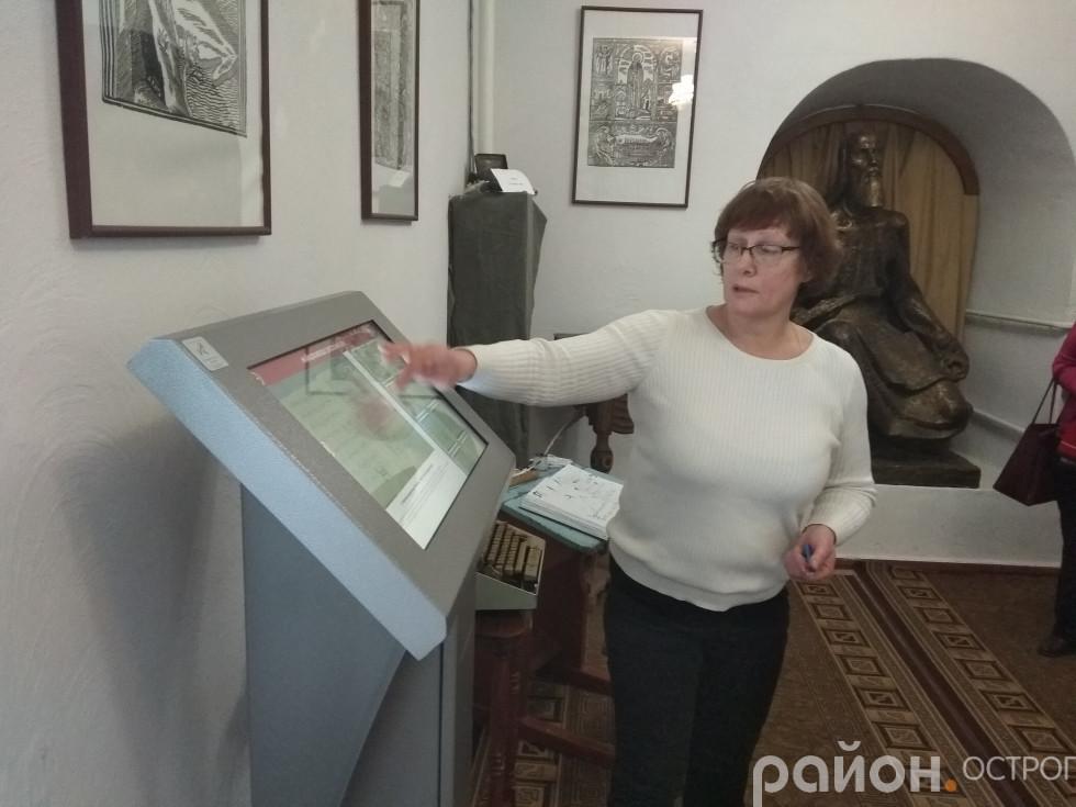 Світлана Позіховська демонструє роботу інформаційного кіоску