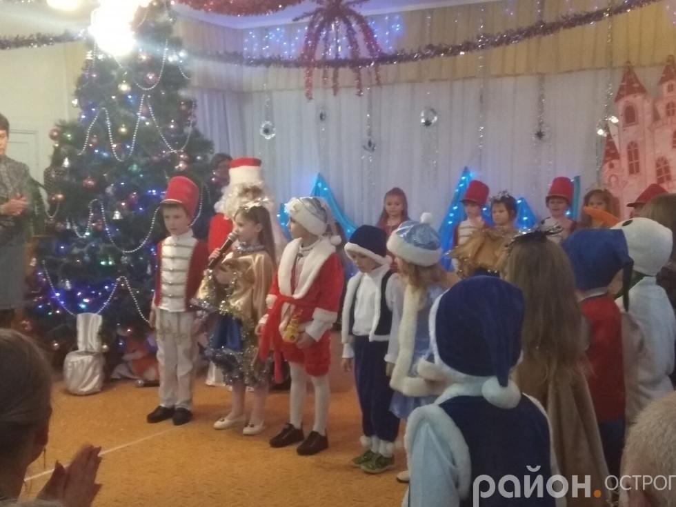 Поки Дід Мороз відпочиває, малята розважають його англійськими віршиками