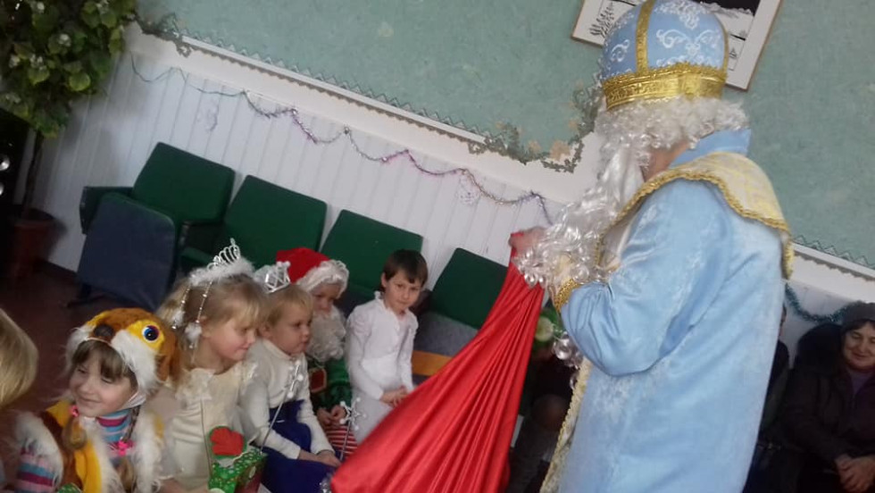 Миколай роздає гостинці