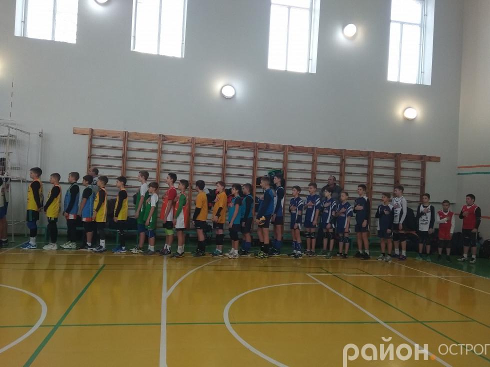 Команди під час відкриття турніру. Лунає Гімн України