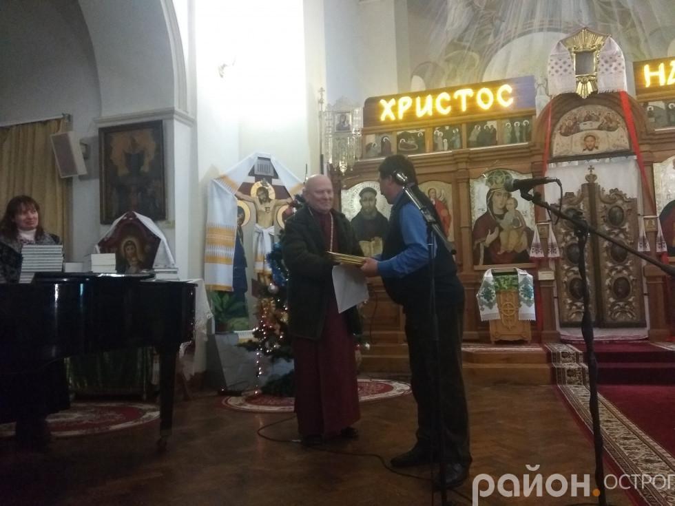 Диплом отримує о. Василь Жуковський